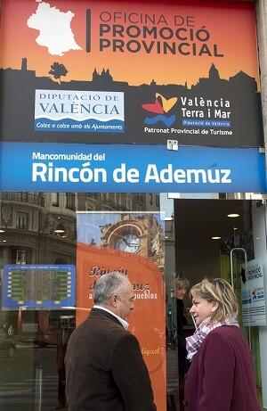 La diputada de Turismo, Pilar Moncho, y el presidente de la Mancomunidad de El Rincón de Ademuz, Domingo Antón. (Foto-Abulaila).