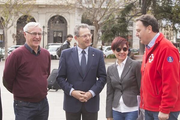 La plaza del Ayuntamiento se convierte en espacio de encuentro del voluntariado de Cruz Roja. (Foto-Manuel Molines).