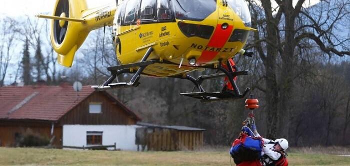 Más de dos horas después del accidente, los servicios de emergencia seguían intentando llegar hasta varias personas atrapadas.