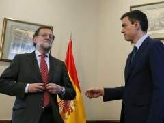 Pedro Sánchez ofrece su mano a Rajoy y éste no se la estrecha.