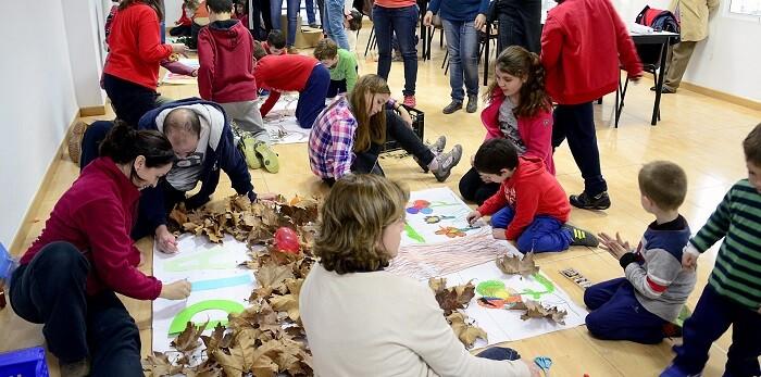 También se elaboraron unos imaginativos murales compuestos a partes iguales por dibujos y hojas de árboles.