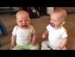 Estas gemelas bebés no quieren compartir el chupete