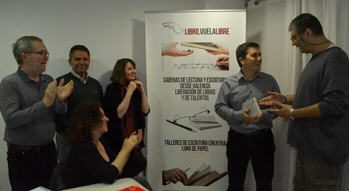 1 El director de Valencia Noticias  haciendo entrega de su premio a Francisco Guerrero