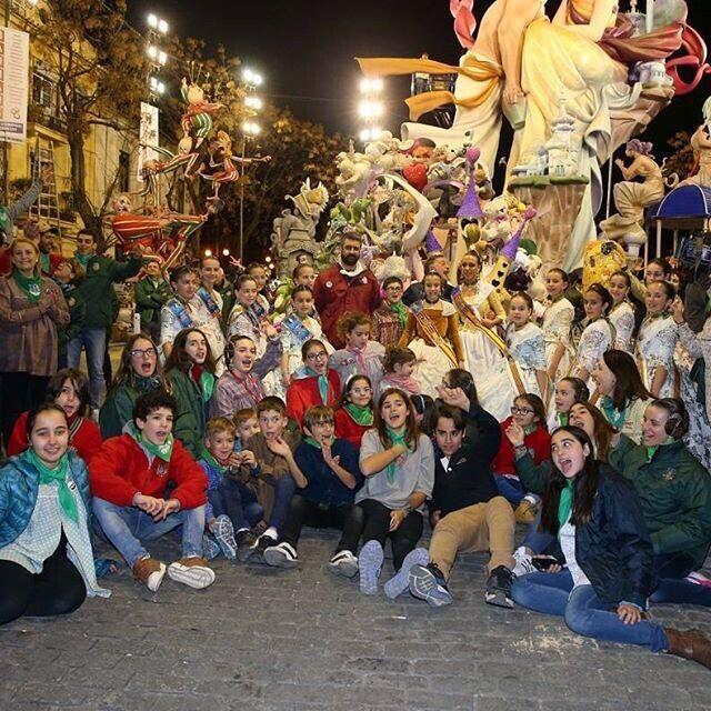 LaFallera Major Infantil de València,Sofía Soler i la seua Cort d'Honor han volgut donar l'enhorabona a tots els xiquets i xiquetes de @na_jordana pel seu Primer Premi d'Especial #falles2016 #falles #fallas #infantils Foto:Armando Romero