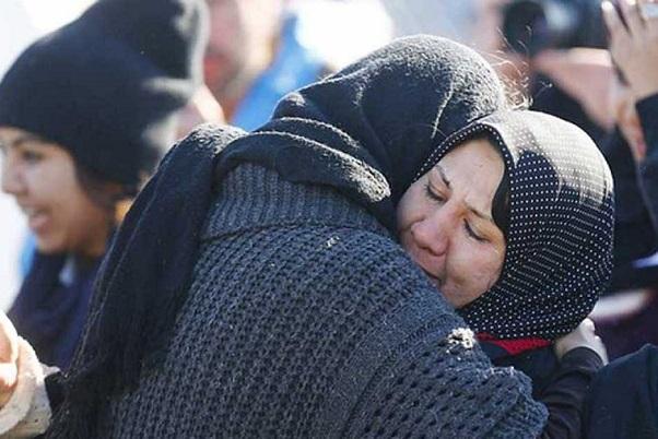 18 fallecidos al naufragar un bote con refugiados en la costa turca.