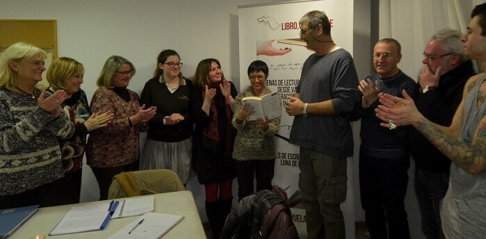 2 Participantes de los torneos  literarios felicitando a Isabel Sancho, otras de las premiadas