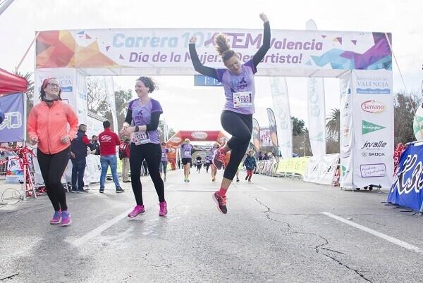 2.000 mujeres cruzan la meta de la carrera 10KFem en Valencia.