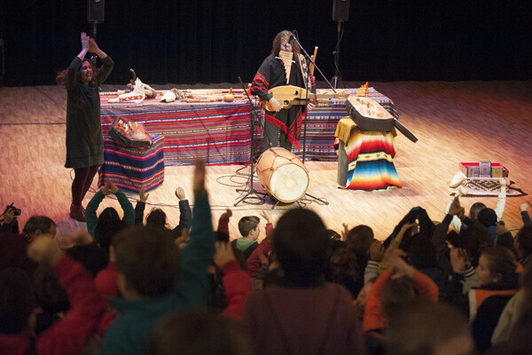 2.800 escolars interactúen al Palau per conéixer els instruments de la prehistòria.