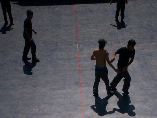 Adolescentes juegan en el patio de un instituto. / Benjamín Mejías
