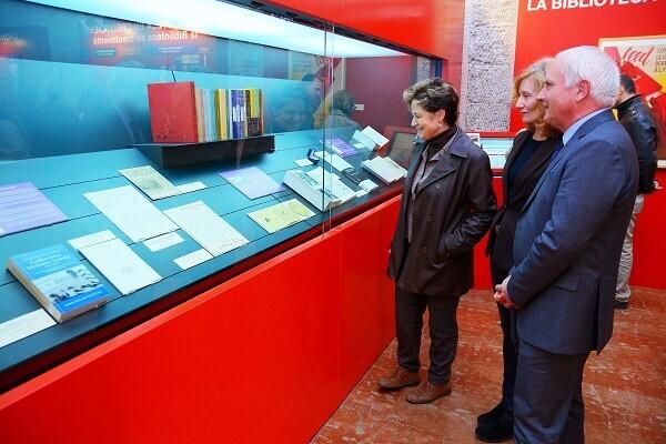 Albert Girona inaugura la exposición sobre Guillermina Medrano y María Moliner.