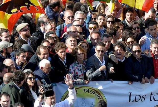 """Algo más de 10.000 taurinos se manifestaron en Valencia a favor de la """"la cultura del toro""""."""