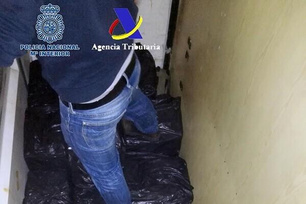 Cae una red que introducía grandes cantidades de hachís en España en camiones con doble fondo y en lanchas semirrígidas.