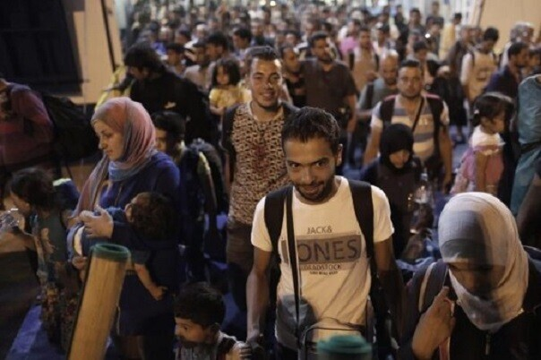 Cerca de 250 personas se concentran en Valencia como protesta por el preacuerdo de la UE y Turquía sobre refugiados.