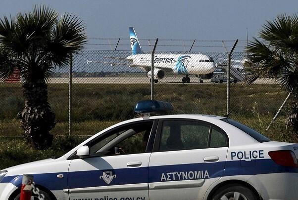 Detenido el hombre que secuestró un avión egipcio y lo desvió a Chipre.