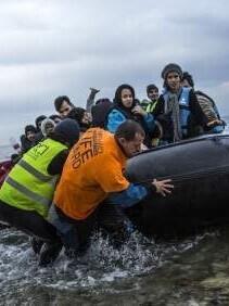 El Gobierno griego empezó a desalojar el sábado las islas con el objetivo de vaciar los centros de registro.