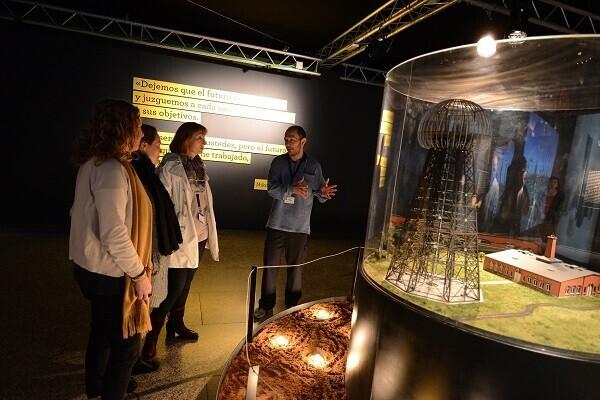 El Museu de les Ciències organiza visitas guiadas en la exposición 'Nikola Tesla. Ideas como relámpagos'.