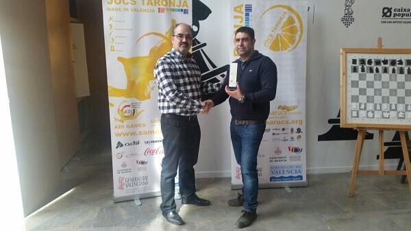 El Primer clasificado no federado Román Beltrán junto a Francisco Cuevas, presidente de FACV.