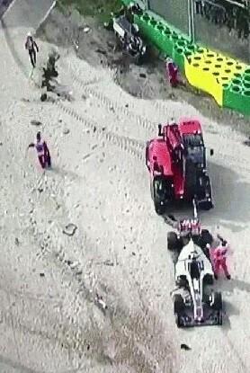 El coche de Alonso salió lanzado a gran velocidad contra un muro de contención.