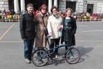 Elena Cebrián y Sergi Campillo entregan la segunda bici del concurso 'Ara pots pujar el reciclatge'.