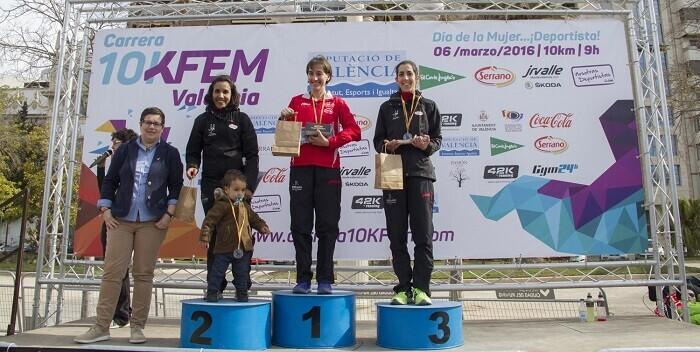 En el podium, Isabel Checa, Fátima Ayachi e Irene Espí junto a la diputada Isabel García.