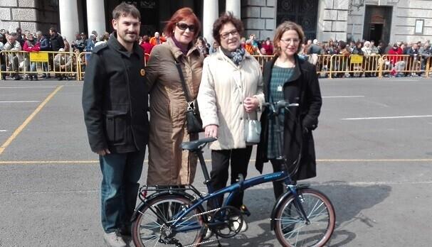Entrega de la bicicleta a la ganadora Sofía Cebrián Prats.