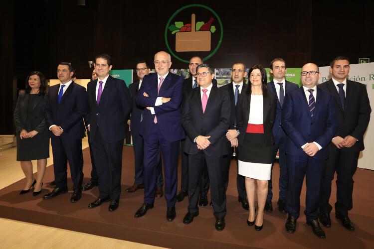 Juan Roig junto a los directores generales de la cadena de supermercados Mercadona. (Foto-Manuel Molines).