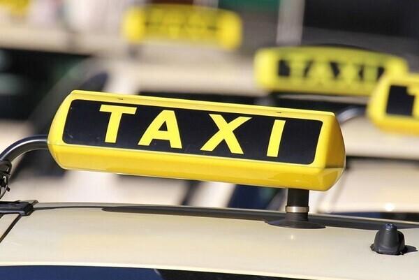 La Conselleria de Obras Públicas elabora un calendario para asegurar el servicio de taxi todos los días festivos en el área de Valencia.