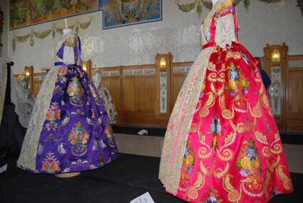La muestra recoge 15 trajes completos.