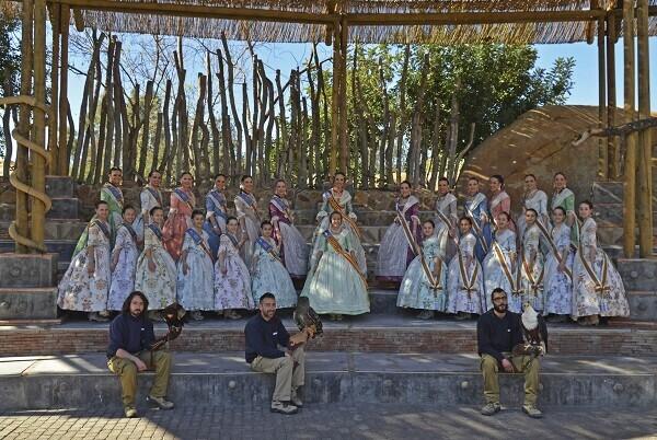 Las Falleras Mayores de Valencia con sus Cortes de Honor visitan BIOPARC.