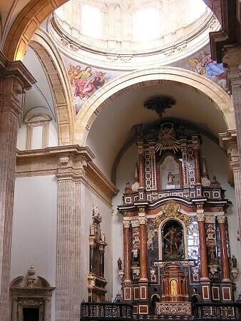 Las visitas culturales por el monasterio y a la exposición permanente de la Biblioteca Valenciana no necesitan reserva previa.