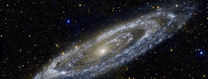 Los rayos cósmicos son partículas de energía extremadamente alta como los protones y los núcleos atómicos que caen en la Tierra del espacio exterior.