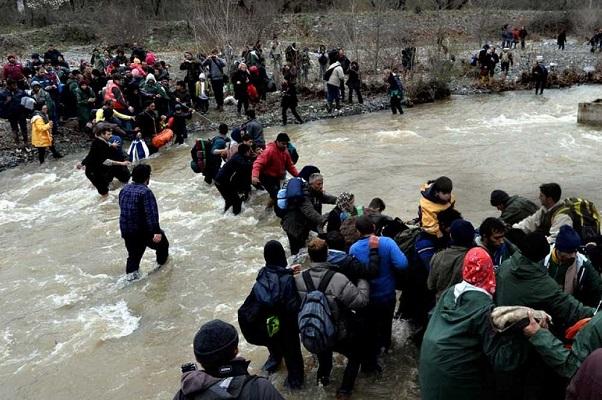 Miles de refugiados intentan salir del campo de Idomeni, en Grecia, por nuevas rutas a Macedonia.