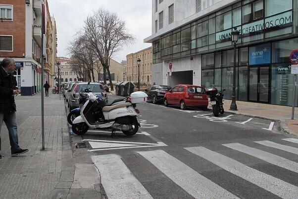 Mobilitat Sostenible baja las motos de las aceras en el Eixample.