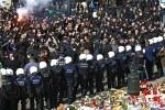 Radicales de ultraderecha provocan disturbios en la Plaza de la Bolsa en Bélgica.