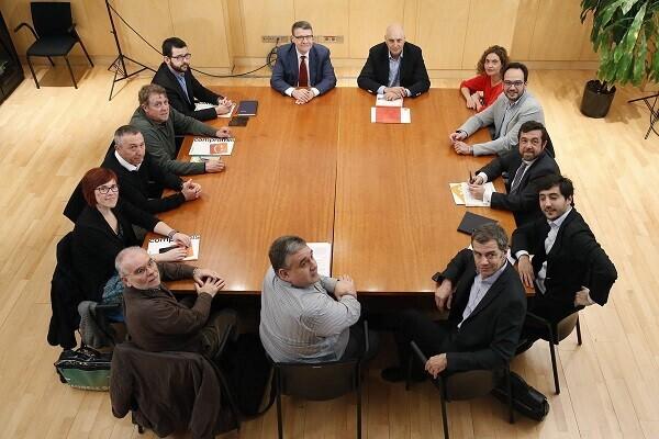GRA057. MADRID, 16/03/2016.- Los equipos negociadores, del PSOE, encabezado por Antonio Hernando (3d), y de Ciudadanos, encabezado por Miguel Gutiérrez (2d), durante la reunión que celebran esta mañana en el Congreso con Compromís, encabezado por Joan Baldoví (2i), para abrir una nueva etapa de diálogo que permita desbloquear la situación antes de que se convoquen nuevas elecciones el 2 de mayo. EFE/Juan Carlos Hidalgo