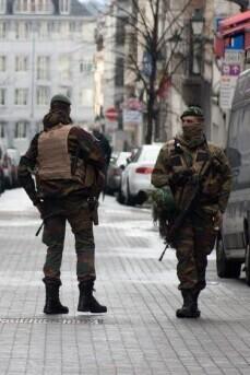 Un hombre con una mochila que se resistió a las indicaciones de los agentes fue alcanzado por las balas de las fuerzas del orden.