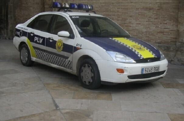 Un vehículo se empotra contra un comercio en la Av. Barón de Cárcer.