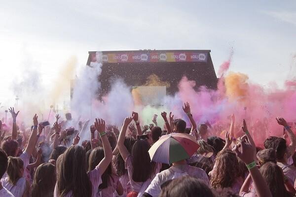 8.000 personas disfrutan de la Holi Run en una fiesta de deporte, color, música y diversión.