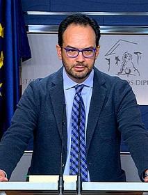 Antonio Hernando durante la rueda de prensa.