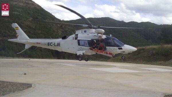 Helicopteto rescate @GVA112 con bomberos URM de CPBC trasladando a helipuerto de Montanejos al escalador.
