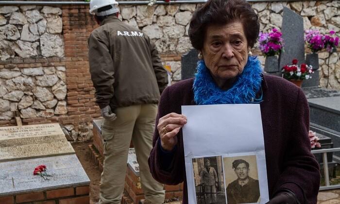 Compromís pregunta por el estado de las fosas comunes del franquismo ignoradas en España.