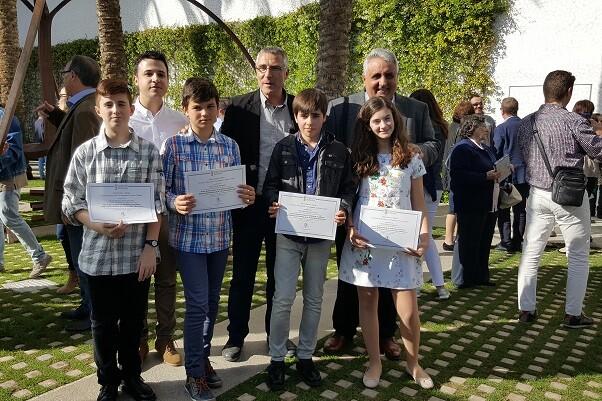 Cuatro escolares de Chiva reciben el premio al rendimiento académico.