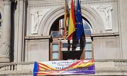 El Ayuntamiento de Valencia ha amanecido hoy con los colores de la República fundidos con los de la Senyera  (2)