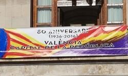 El Ayuntamiento de Valencia ha amanecido hoy con los colores de la República fundidos con los de la Senyera  (3)
