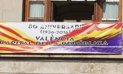 El Ayuntamiento de Valencia ha amanecido hoy con los colores de la República fundidos con los de la Senyera  (7)