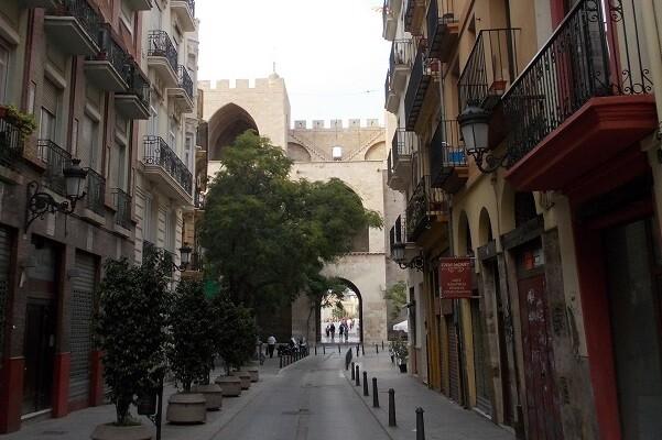 El entorno de la calle Serranos se peatonalizará a principios de mayo.