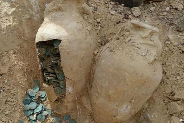 Encuentran 19 ánforas con 600 kilos de monedas de bronce romanas en la provincia de Sevilla.