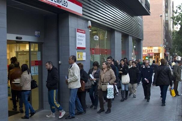 Varias personas hacen fila para ingresar a una oficina de empleos en Madrid, España, el viernes 28 de octubre de 2011.  (Foto AP/Paul White)