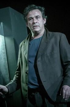 La obra está protagonizada por Eduard Fernández, en el papel de Eddie Carbone.