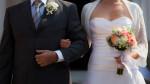 sposa a braccetto con pap accompagna all'altare
